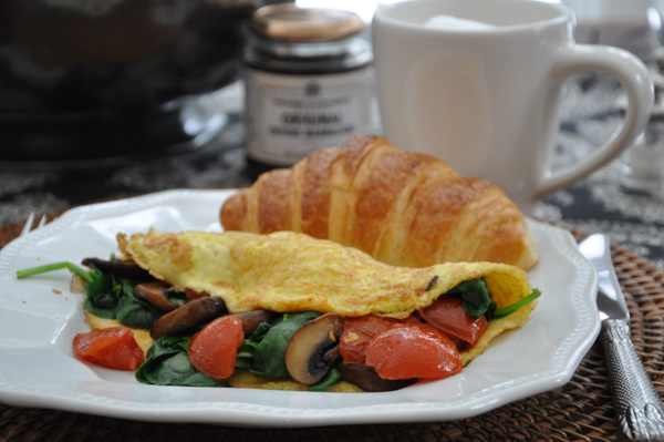 Weekend Breakfast: Tomato, Mushroom & Spinach Omlette